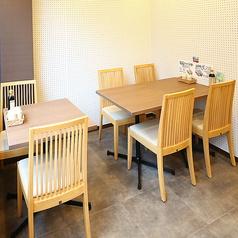【2階】2名様までご利用頂けるテーブル席繋げて6名様テーブルとしてもお使い頂けます。