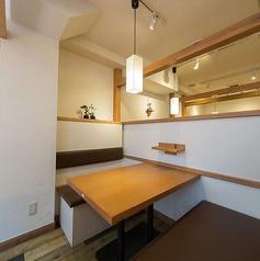 【2階】喫煙可能、セルフ飲み放題専用フロアです。居酒屋ではなかなか感じることができない上質な雰囲気を味わえる空間です。急に決まった宴会などにも大活躍ですよ!