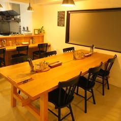 2名様テーブル1卓、6名様テーブル2卓ご用意致しております。