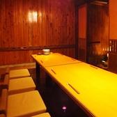 落ち着いた雰囲気の個室空間。大切なお仲間同士のプライベートな飲み会や、少人数の会社宴会・会食などのビジネスシーンにもぜひご利用下さい。