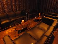 Barコーナーには、ゆったり寛げるソファ席も。