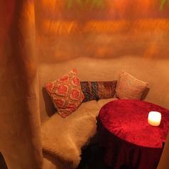 洞窟をイメージした内装のお席でも女子会などでのご利用出来るお席をご用意しております。【個室 町田 飲み放題 誕生日】