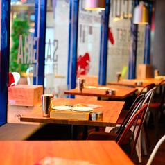 明るいカフェ的な雰囲気が人気のテーブル席。二次会やチョイ飲み、さらにはデートにオススメです。