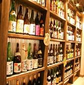 お酒がずらっと並んだ店内。