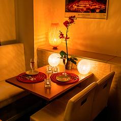 【カップル・プライベート飲み会向け】個室の白ソファーシート♪こちらのお席も宴会等で早く埋まってしまいますので、ご利用の際はご予約お早めに♪個室空間でお肉、お酒を味わえばいつもより贅沢な気持ちに♪間接照明が優しく灯り、お客様の宴に華を添えます。