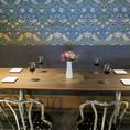 店の奥にあるテーブル席はゆったり寛ぐのにもぴったり♪おしゃれな当店でお仕事帰りや友人同士のお食事をお楽しみください◎