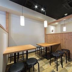 【1階】単品ドリンク専用フロア(禁煙)、気の合うメンバーで集まる飲み会や、急に決まった宴会などにも最適!4名様までのテーブル席もご用意しています。