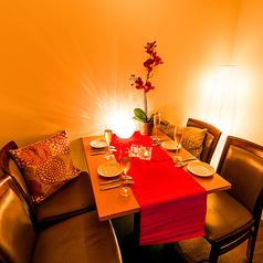 【コンパや女子会等向け】白いソファ個室シートも完備しております♪ご予約はお早めに♪大人のための個室席も完備!個室席のご予約はお早めに!!3時間飲み放題2,480円~ご提供♪