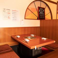 4名様席が4卓ございます。各テーブル間に仕切りがあるので、周りを気にせずゆっくり食事を楽しめます♪