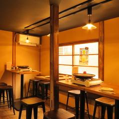 【4名テーブル×2席、2名テーブル×3席】お席はくっつけることも可能ですので、大人数でのお客様も歓迎です♪