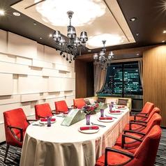 【特別室 桜の間 6名~8名様】 接待などの会食やお顔合わせにオススメの、広々とした個室です。部屋の奥にはソファも完備し、ゆったりとお寛ぎいただけます。※チャージ 5,940円~11,880円 消費税込・時間帯により変動(詳しくは係にお問い合わせください)