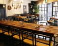 店内中心部にかまえるのがこの長テーブル。大人数のお食事の時に、お客様の会話が弾むこと間違い無しのお席になっております!