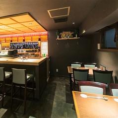 名古屋駅新幹線口より西へ徒歩2分の寿司屋【十六夜】は総席数30席ご用意しております。(テーブル席24席・カウンター席6席)また16名から最大24名まで店貸切が可能です。駅から近いこそお時間を気にせず、じっくりお愉しみください。