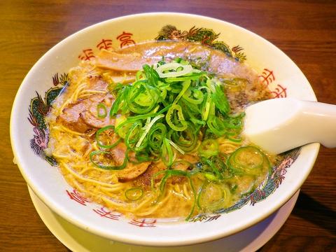 コシのある細麺京都風醤油味スープは鶏ガラベース。コクがあるのに口当たりスッキリ。