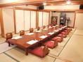 2階には10名様が入れる個室が5部屋あります。仕切りを外せば80名様まで入れます。