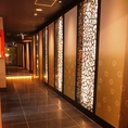 『外国人から見た京都!?』店内は間接照明が足元を照らす。落ち着いた雰囲気のお店♪