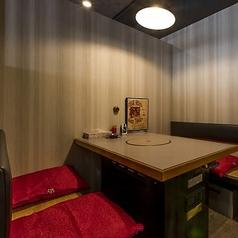 テーブル毎に仕切りのある半個室席となっております。2階席です。