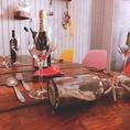 【4名~8名用テーブル】4名からご予約可能★カラフルな椅子と可愛い店内でリゾート感満載です!クーポン利用でスパークリングワインも飲み放題可能!飲み放題付きコースは3500円からお手頃にご用意★歓送迎会はもちろん、女子会、誕生日、記念日利用にも大人気!記念日・誕生日の利用には無料でメッセージプレートをご用意