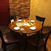 4名様用の丸テーブル。女子会や誕生日会など、仲間との飲み会に★