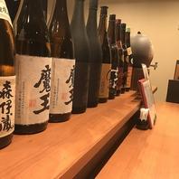 カウンター席に並べられたお酒。