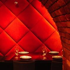真っ赤な壁とレンガが印象的なテーブル席はデートにもオススメです。