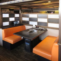 【テーブル席】寛ぎながらお食事をお楽しみください~♪お客様の人数に合わせ、ご案内いたします。テーブル席・半個室タイプ・テーブル席・お座敷など、総席数100席・ご宴会最大50名様までご利用可能!お席の詳細などはお気軽にお問い合わせください。※写真は一例です