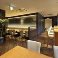 地下1階:落ち着いてお食事を楽しめるテーブル席