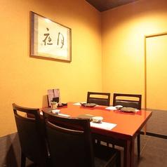テーブル席の個室です。足の悪い方でも安心してご利用頂けます。大切な方との会食、接待、会社の飲み会、宴会、法事、慶事、様々なシーンで御利用頂けます。全個室以外にももちろん、多数のテーブル席も御用意しております。ごゆっくりと普段使いにもお気軽に御利用頂けると思います。 ご宴会などにも是非ご利用ください。