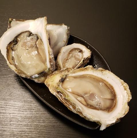 """旬物の牡蠣を肴に""""約10種のクラフトビール""""と""""約200種日本酒""""を楽しめる酒処。"""