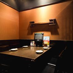 和風の仕様で寛げるお席も◎気軽にご利用しやすいテーブル席も仕事帰りやちょっとした飲み利用におすすめ★この他にもご利用シーンに合わせて、2~4名様向けの少人数様席や掘りごたつ席などご案内させていただきます。大人数でご利用いただけるお座敷の団体席もございますので、お気軽にお申し付けください。