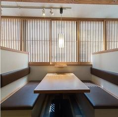 【1階】単品ドリンク専用フロア(禁煙)、サシ飲みやデートにも最適な、2名様専用席もご用意しています。半個室でゆったりとご利用頂けます。