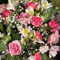 主役に内緒でサプライズの演出をお手伝い♪誕生日や記念日には花束やメッセージ付きホールケーキをご用意致します(要予約)心を込めてお客様のテーブルまでお運び致します!!秘密のお祝いなどもご相談ください。【花束】贈呈用花束のご手配は1束:3300円(税込)~