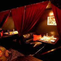 カーテンで仕切られたソファー席個室はデートや記念日に