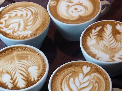 おしゃれなラテアートが大人気♪挽きたてのコーヒーで安らぎのひととき。