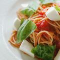 料理メニュー写真モッツアレラチーズとバジルのトマトソース