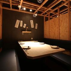 ベンチシート風のテーブル席は半個室になっておりますので、居酒屋ながら落ち着いた空間を味わうことができます。1席6名様までご利用いただけますので、お友達との飲み会や合コンなどに打ってつけのお席です!雰囲気の良い空間なのでお酒も進みます♪
