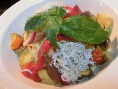 淡路島産釜揚げシラスと夏野菜のカポナータの冷製パスタ