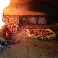 絶賛!石窯で焼く本格ピザ !