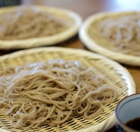 栃木県産蕎麦粉を用いて毎朝手打ちでご提供