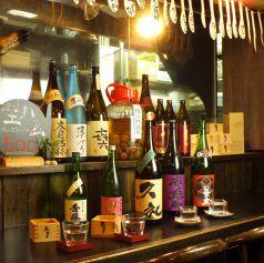 どこか懐かしい雰囲気がただようレトロな酒。カウンターで日本酒片手に炭焼き料理をどうぞ。