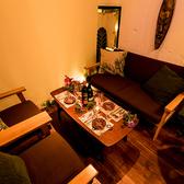 クロスオーバーカーテンで仕切られた当店自慢の個室です。周りに気兼ねなく楽しくお食事やお飲物をお楽しみください。