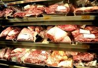 店頭のショーケースにお肉がズラリ!