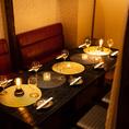 店内に一歩入ると落ち着いた照明による心地よい空間に包まれ、ゆったりとした時間をお過ごしいただけます。新宿で飲み会、や宴会、女子会、合コンなどの様々なシーンに最適です。【新宿 完全個室 居酒屋 肉寿司 食べ放題 誕生日 記念日 焼肉】