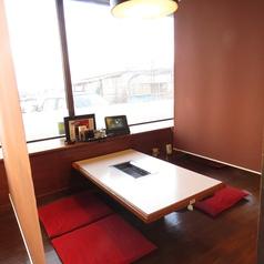 【お座敷席】寛ぎながらお食事をお楽しみください~♪お客様の人数に合わせ、ご案内いたします。テーブル席・半個室タイプ・テーブル席・お座敷など、総席数100席・ご宴会最大50名様までご利用可能!お席の詳細などはお気軽にお問い合わせください。※写真は一例です