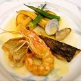 新鮮か魚介類を使った、海の幸の盛り合わせ。目でも口でも楽しめるコース料理です。