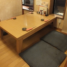 小上がりお座敷席。伸ばせるテーブルで6名様まで対応可能。隣の席との仕切りを外して人数の対応可能です
