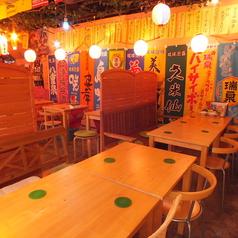 沖縄の物で埋め尽くされた雰囲気満点の店内!