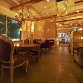 白を基調とした2階には、表情の異なる多彩なテーブル席をご用意しております。オーナーが世界中を旅して得たインスピレーションが織りなす非日常的な空間は、日常の喧騒を忘れられる都会のオアシス。ほっと一息つきながら、ゆったりとした時間をお過ごしください。