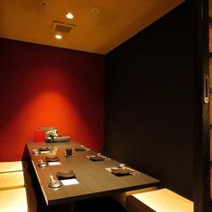 赤と黒のコントラストが美しい、大人な雰囲気の個室です。人数やシーンに合わせてお使い下さい!お席を照らす照明もオシャレな空間を演出…♪
