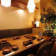 温かみのある照明のゆったり寛げるテーブル席◎